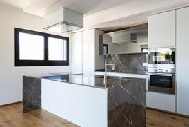 Plan de travail et douche à l'italienne en marbre granit à Marmande