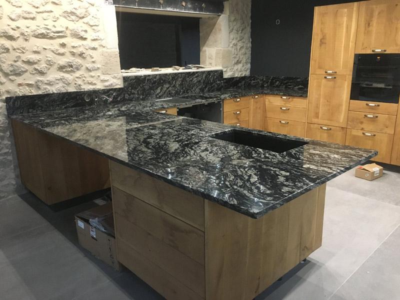 création de plan de travail de cuisine en marbre noir
